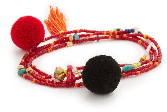 Помпоны – тренд сезона браслет украшенный тампоном.