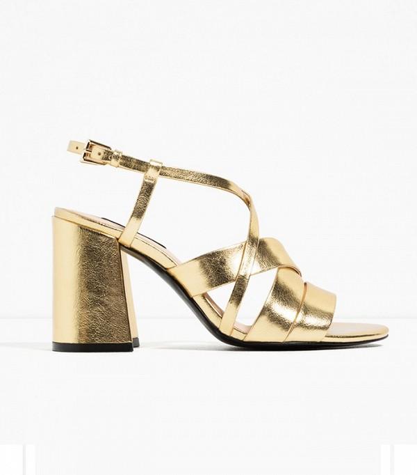 Сандалии золотого цвета на высоком массивным каблуке от Zara.