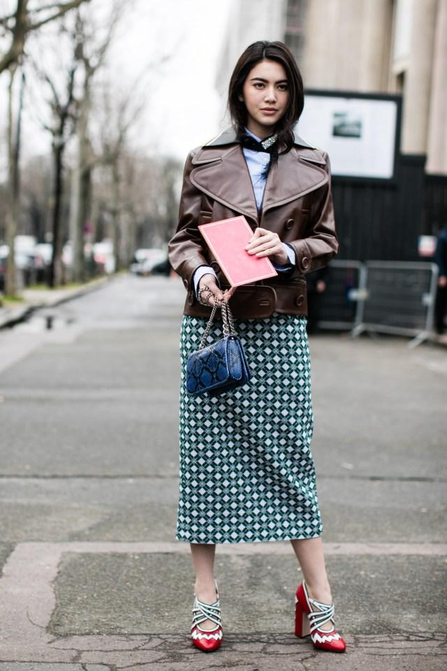 Модные новинки Miu Miu - клетчатая юбка в сочетании с броскими туфлями, блузой и сумкой.