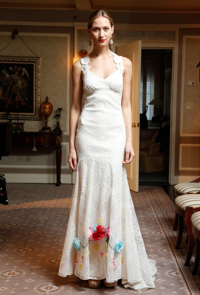 Claire Pettibone представили кружевное платье с довольно интересным решением. Подол платья украшен яркими цветами.