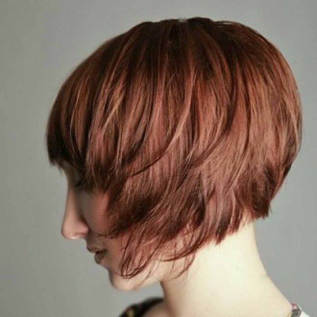 Градуированная стрижка на короткие волосы.