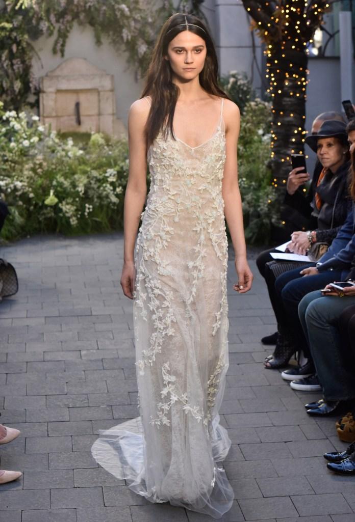 Monique Lhuillier представили практически прозрачное платье с цветочным орнаментом, платье на тонких бретелях.