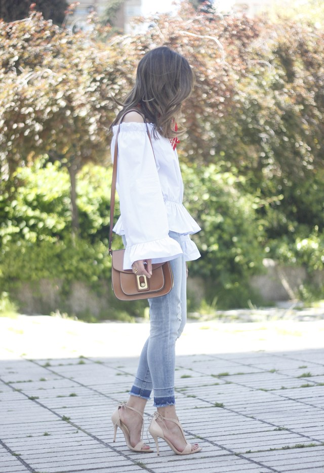Новый тренд сезона довольно объёмный белый топ с воланами голубыми джинсами.