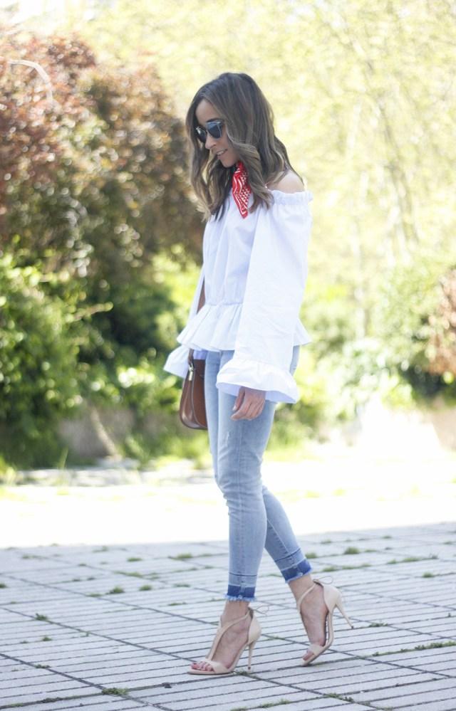 Новый тренд сезона довольно объёмный белый топ с воланами с голубыми джинсами.