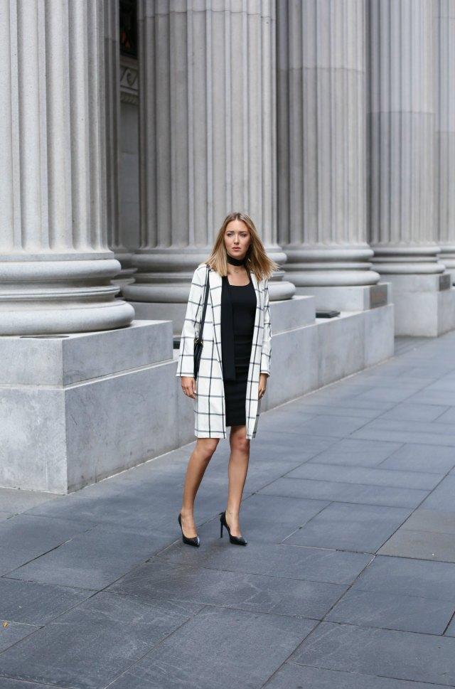 Офисный стиль состоит из лаконичного платья - футляра черного цвета , белого тренча в широкую клетку,классические лакированные туфли и сумки.
