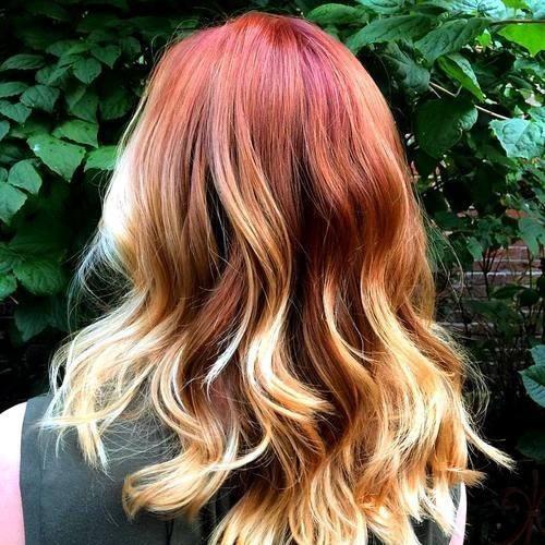 На фото: огненные оттенки рыжего с боковой косичкой делают причёску одновременно и стильной и забавной.