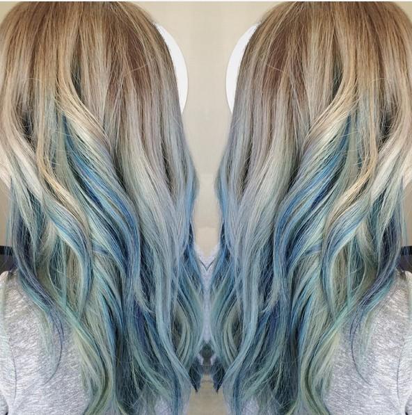 На фото: светлый оттенок волос красиво сливается с ярко голубыми концами прядей.