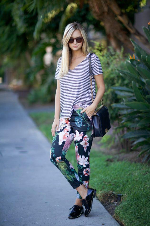 На фото: брюки капри с ярким цветочным принтом с блузкой в полоску.