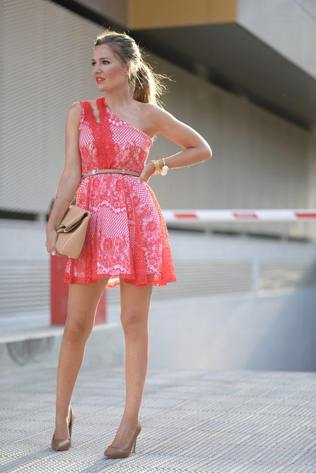 На фото: розовое короткое кружевное платье.