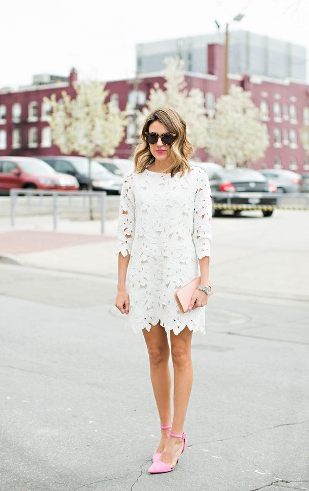 На фото: белое короткое кружевное платье с длинными рукавами.