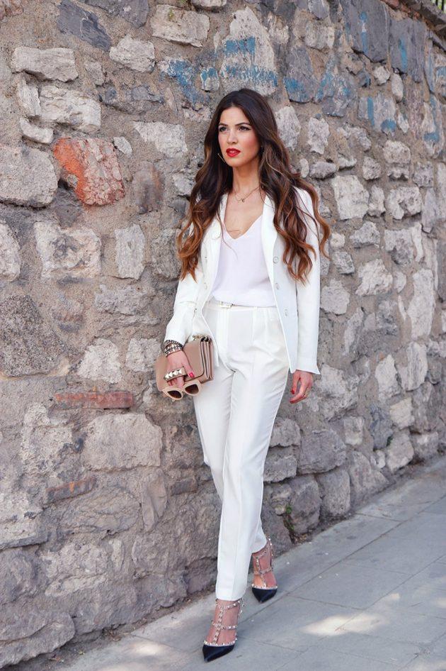 На фото: новый белый модный лук - белый брючный костюм.