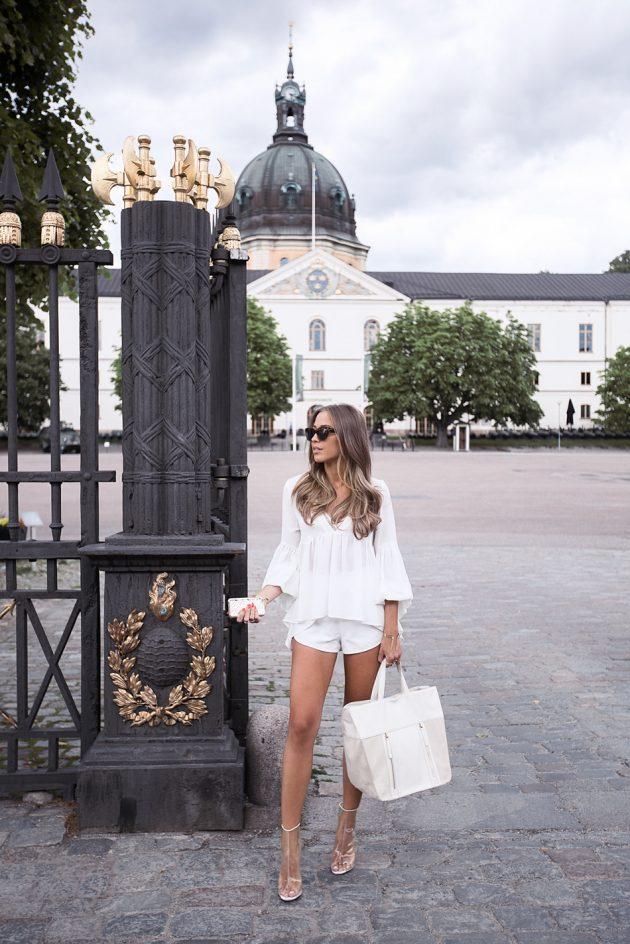 На фото: новый белый модный лук - белые шорты и блузка.