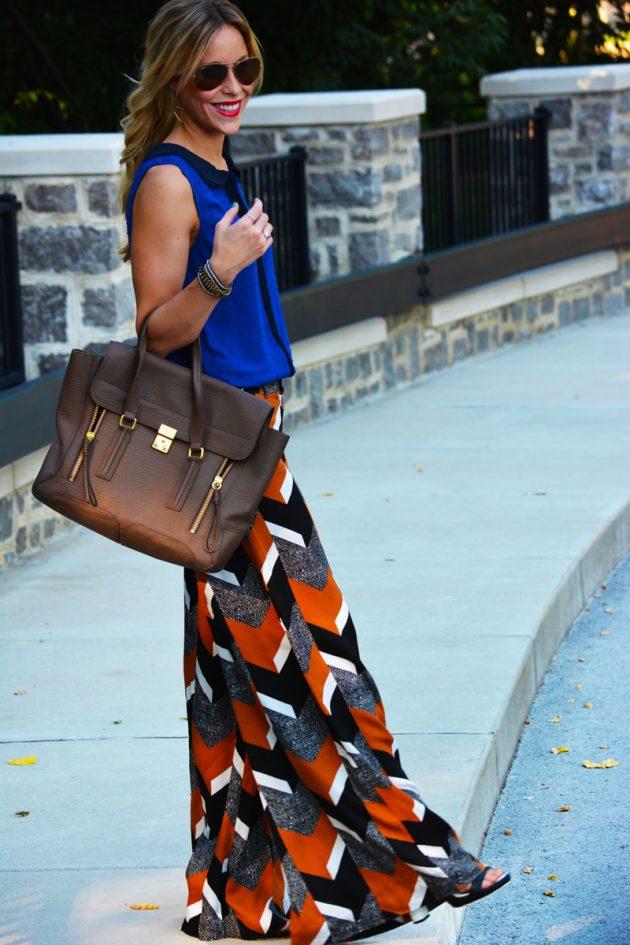 На фото: разнцветные широки брюки Палаццо с синим топом.
