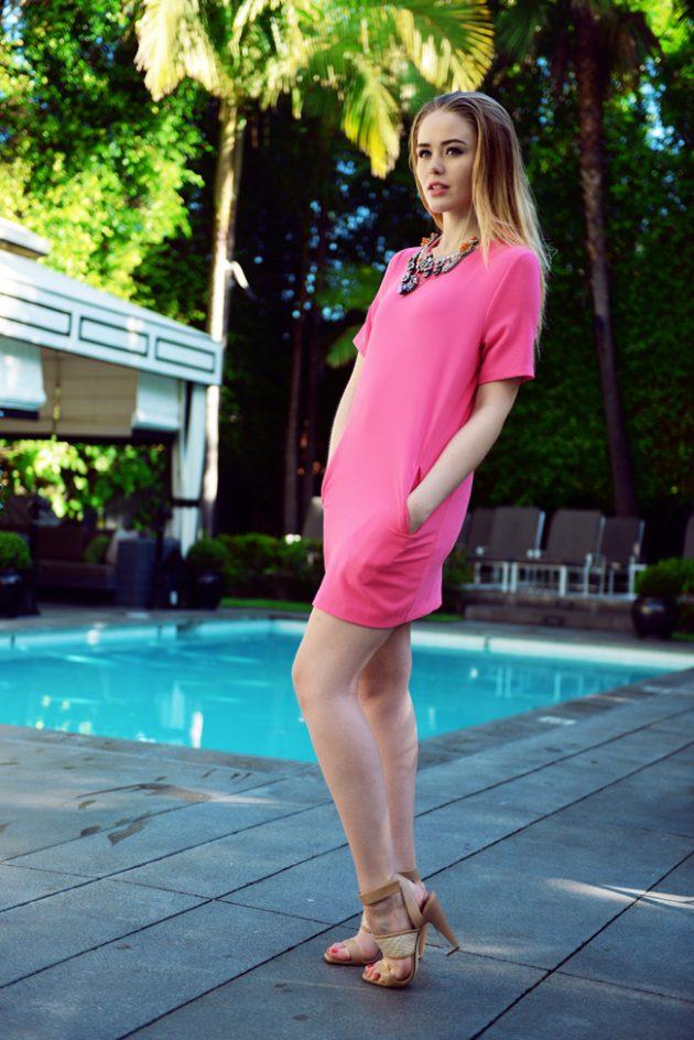 На фото: короткое розовое платье прямого покроя с коротким рукавом.