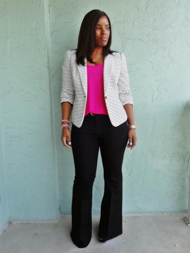 На фото: черные брюки прямого силуэта с розовым топиком и белым пиджаком.