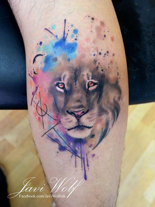 На фото: акварельная татуировка в виде льва.