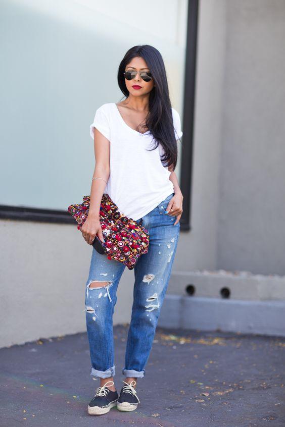 На фото: белая футболка гармонично смотрится с рваными джинсами.