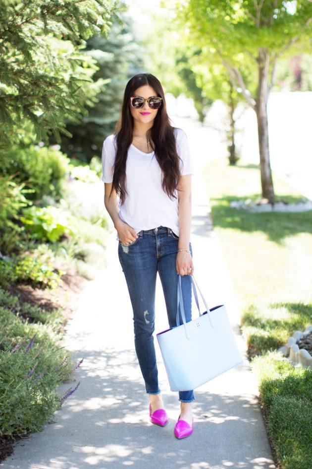 На фото: белая футболка с джинсами .