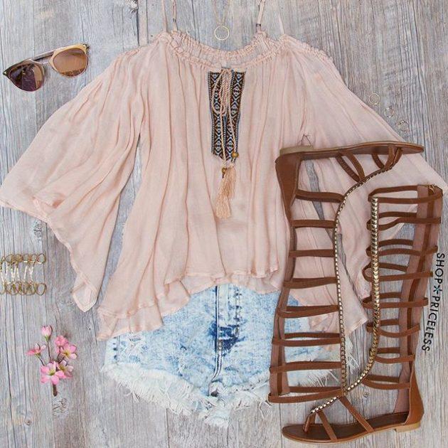 На фото: новый летнихй лук - джинсовые шорты с розовой блузой