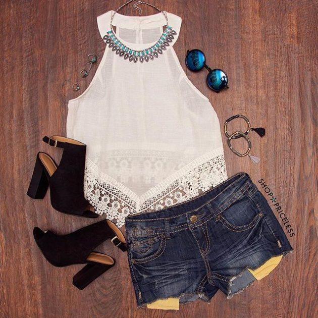 На фото: новый летнихй лук - джинсовые шорты с белой блузой.