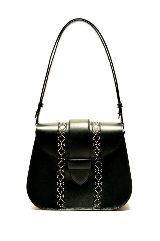 Модные сумки: тренд сезона - сумка классика формы «трапеция» фото из коллекции Alaïa.