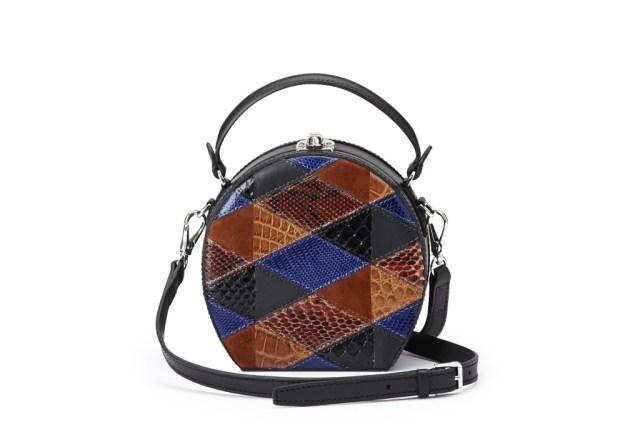 На фото: маленькая круглая сумочка - новинка сезона из коллекции На фото: маленькая сумочка - новинка сезона из коллекции Bertoni.