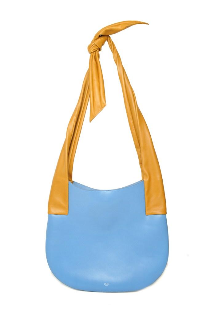 Модные сумки: тренд сезона - голубая сумка с длинными желтыми ремешками из коллекции Céline.
