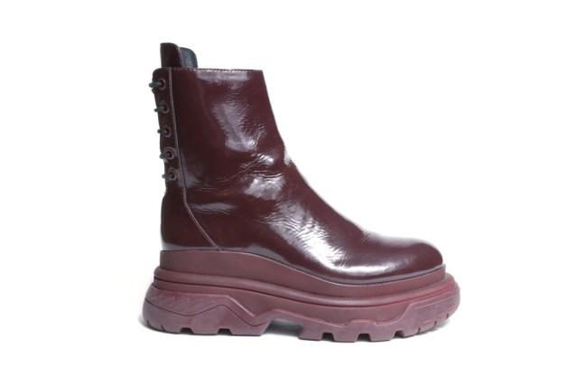 На фото: обувь в мужском стиле из коллекции DKNY.