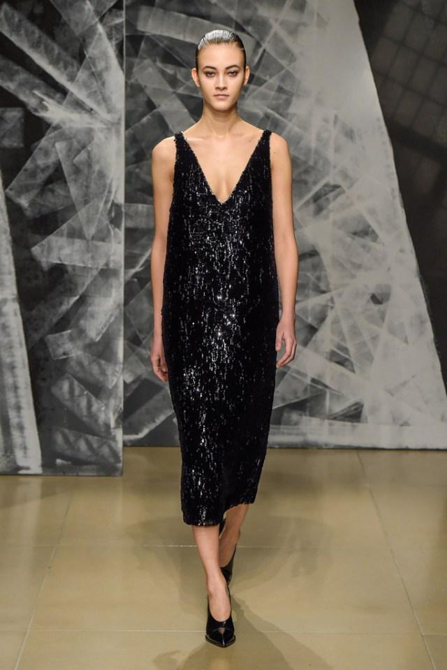 На фото: платье с глубоким вырезом из блестящей ткани - главный тренд сезона от Jil Sander.