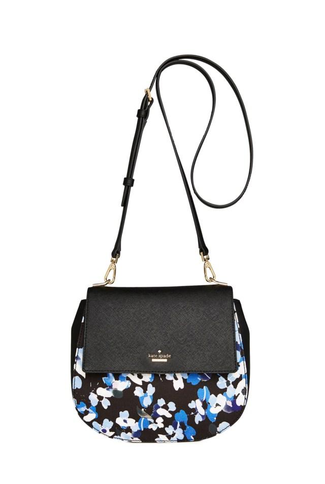 Модные сумки: тренд сезона - сумка с удлиненной ручкой фото из коллекции Kate Spade.