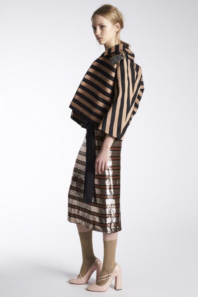 На фото: юбочный костюм в полску тренд лета из коллекции Rochas.
