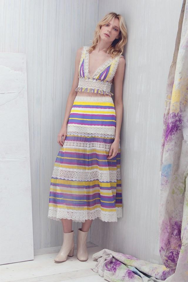 На фото: платье в разноцветную полску тренд лета из коллекции Tadashi-Shoji.