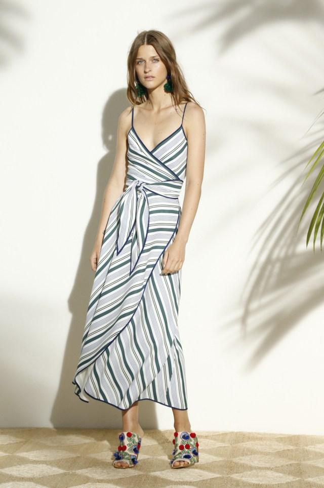 На фото: платье в разноцветную полску тренд лета из коллекции Tory Burch.