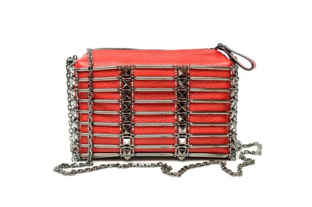 На фото: маленькая сумочка - новинка сезона из коллекции На фото: маленькая сумочка - новинка сезона из коллекции Prada..