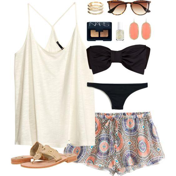 На фото: модный лук для знойного лета - купальник, шорты, топ, сандалии.
