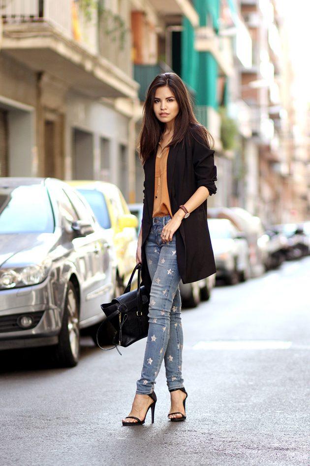 На фото: удлиненный жакет с потертыми джинсами.