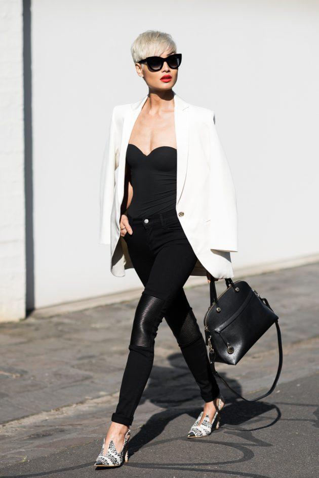 На фото: удлиненный белый жакет с черными джинсами.