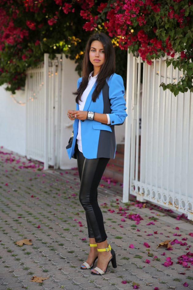 На фото: удлиненный голубой жакет с черными джинсами.