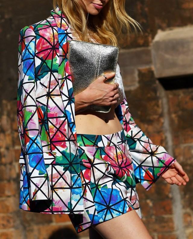 На фото: рубашка с шортами с цветочным узором.