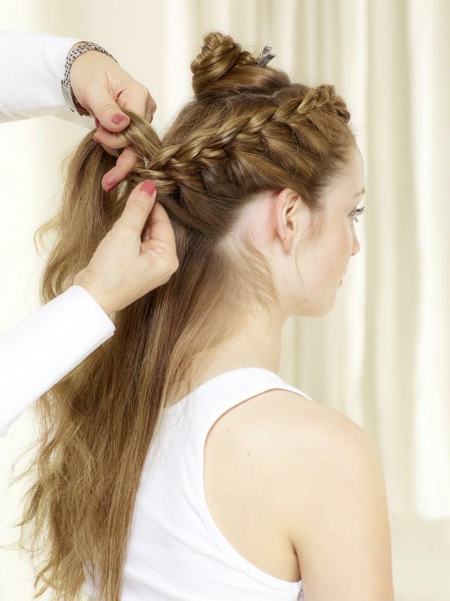 На фото: модное плетение косы со средними волосами - французская коса.
