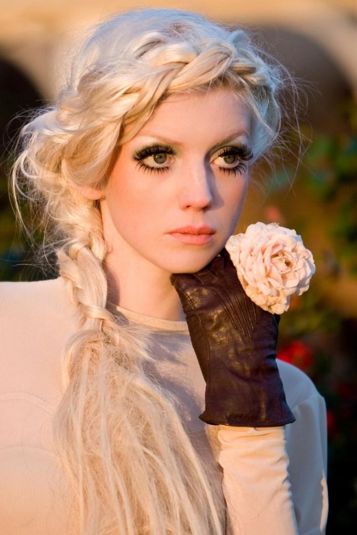 На фото: модное плетение косы со средними волосами -корона – оригинальная коса на средние волосы.