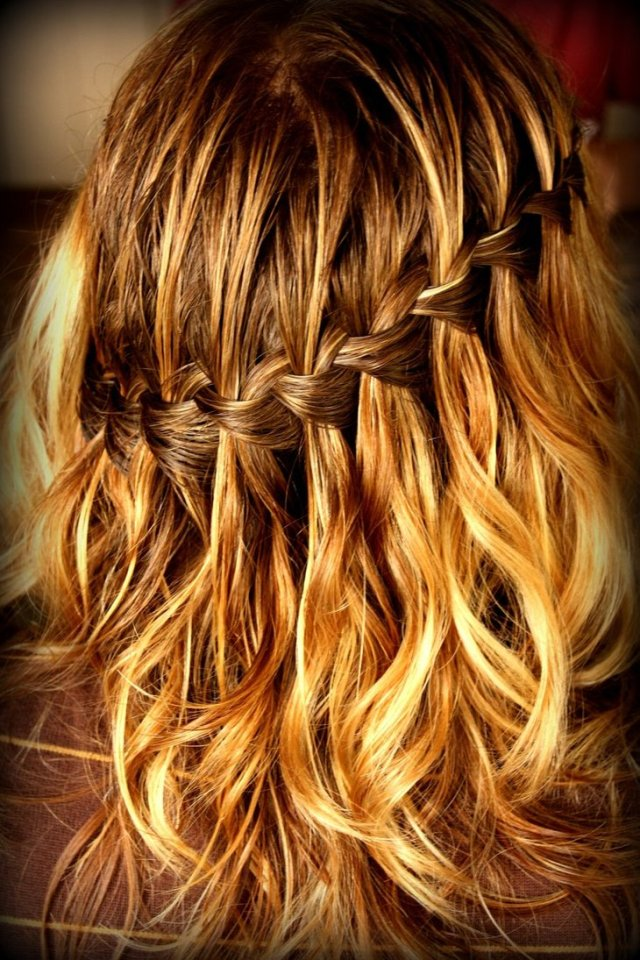 На фото: модное плетение косы со средними волосами -водопад – яркая коса на средние волосы