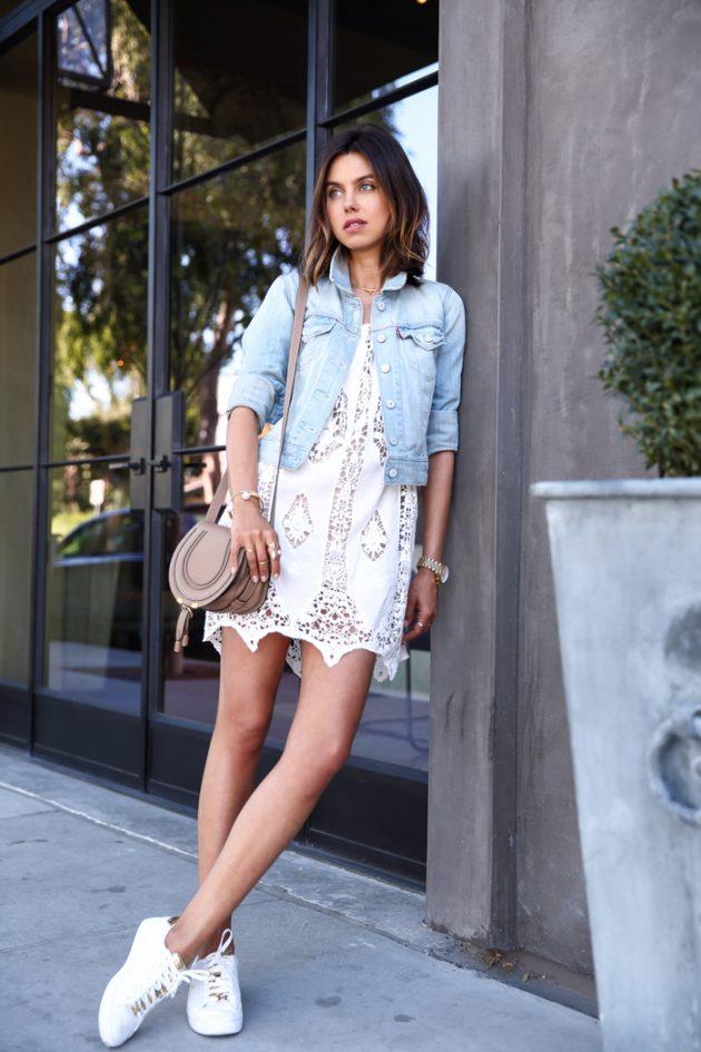 На фото: модные традиции кроссовки с платьем - белые акценты всегда на пике моды.