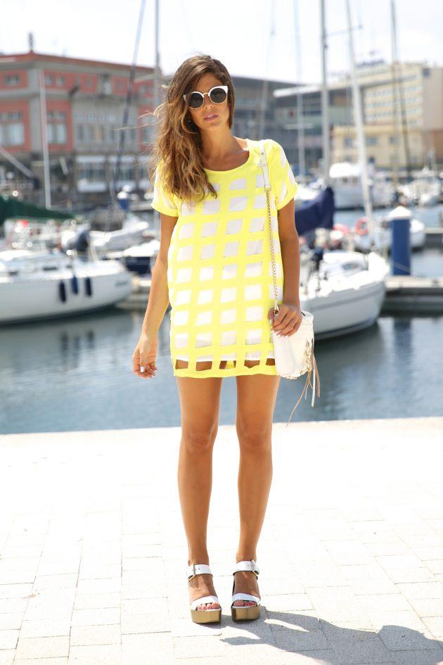 На фото: неоновое желтое платье в клетку.