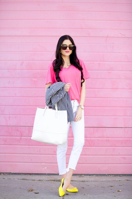 На фото: неоновая розовая блузка с белыми джинсами.