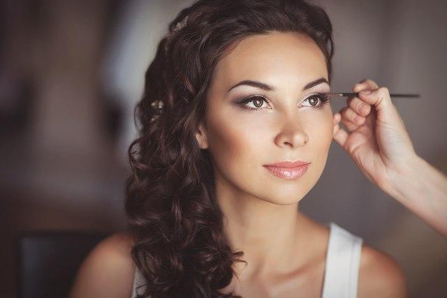 На фото: свадебный макияж - он должен безупречно подходить для дневного времени и свежо смотреться вечером.