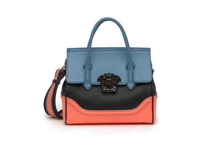 Модная сумка: яркая новинка сезона - сумочка прямоугольной формы с двумя ручками из коллекции versace.
