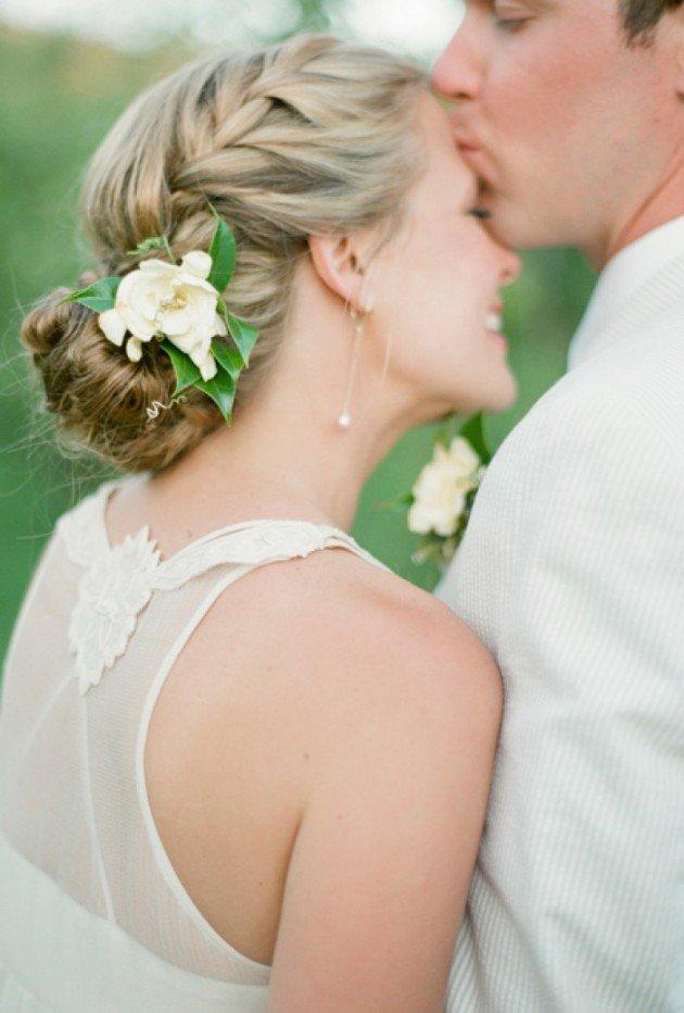На фото: свадебная прическа - летний вариант прически.
