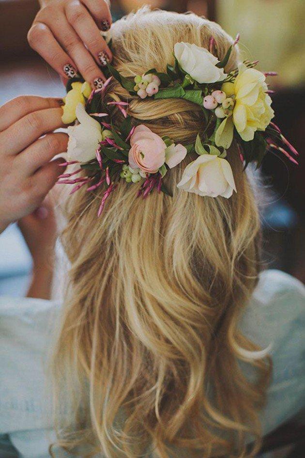 На фото: свадебная прическа - цветы украшают голову.