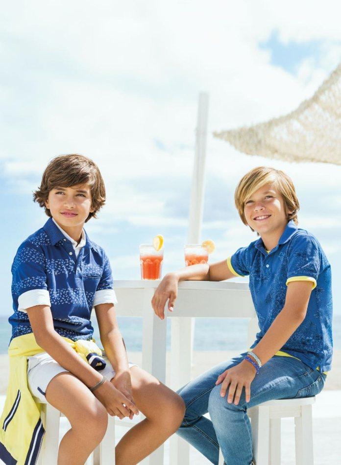 На фото: новая коллекция Mayoral для подростков - синии футболки с белой окантовкой по рукавам.